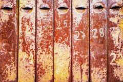 Vieilles boîtes aux lettres rouillées de fer Photos stock