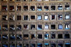 Vieilles boîtes de courrier dans un bâtiment en Dawson City, le Yukon, Canada images libres de droits