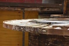 Vieilles bobines de fil électriques abandonnées en métal Photo stock
