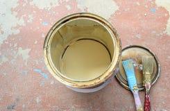Vieilles boîtes de peinture et vieille brosse Photographie stock