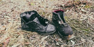 Vieilles bottes fonctionnantes jetées- Photo stock