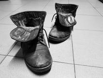 Vieilles bottes ou vieilles bottes sur le plancher photo libre de droits