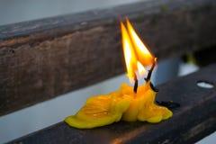 Vieilles bougies jaunes Image stock