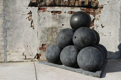 Vieilles boules de canon au fort Zachary Taylor National Historic State Park, Key West, la Floride, Etats-Unis Photos stock