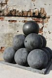 Vieilles boules de canon au fort Zachary Taylor National Historic State Park, Key West, la Floride, Etats-Unis Image stock