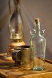 Vieilles bouteille, lanterne, et cuvette de boissons photos stock