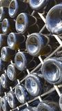 Vieilles bouteilles de dans cave photo libre de droits