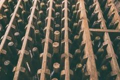 Vieilles bouteilles de vin dans la cave photographie stock