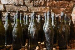Vieilles bouteilles de vin dans la cave images libres de droits