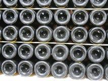 Vieilles bouteilles de vin dans les rangées dans la cave Rangées de beaucoup de bouteilles de vin dans le stockage de cave d'étab Photos libres de droits