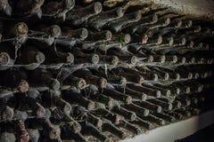 Vieilles bouteilles de vin dans une toile d'araignée Photo stock