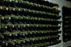 Vieilles bouteilles de vin dans une toile d'araignée Images stock