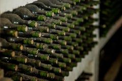 Vieilles bouteilles de vin dans une toile d'araignée Image stock