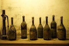 Vieilles bouteilles de vin poussiéreux Photos libres de droits