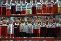 Vieilles bouteilles en verre colorées sur Bazzar grand, Istanbul photographie stock libre de droits