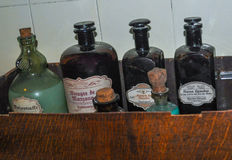 Vieilles bouteilles historiques de pharmacie Photo stock