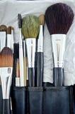 Vieilles brosses de maquillage dans le support photographie stock libre de droits