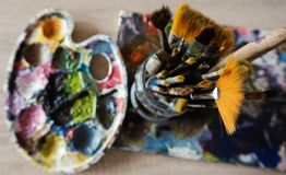 Vieilles brosses de peinture avec une palette de peinture photos libres de droits