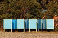 Vieilles cabanes sur une plage sur le fond de forêt photographie stock