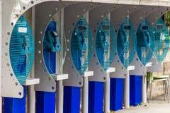 Vieilles cabines de téléphone public bleues en ville Photographie stock
