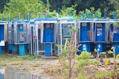 Vieilles cabines téléphoniques abandonnées dans les bosquets photographie stock