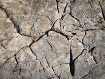 Vieilles cannelures rocailleuses des roches extérieures de chaux Image libre de droits