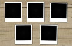 Vieilles cartes de photo sur le fond en bois Photographie stock