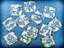 Vieilles cartes de zodiaque de cru avec l'horoscope comme le concept d'astrologie image libre de droits