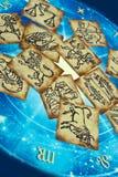 Vieilles cartes de zodiaque de cru avec l'horoscope comme le concept d'astrologie photo stock