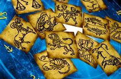 Vieilles cartes de zodiaque de cru avec l'horoscope comme le concept d'astrologie images stock