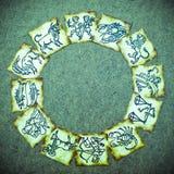 Vieilles cartes de zodiaque de cru avec l'horoscope comme le concept d'astrologie photos libres de droits