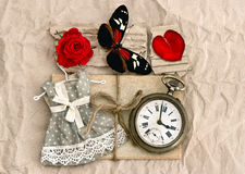 Vieilles cartes postales d'amour et fleur de rose de rouge Images libres de droits
