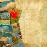 Vieilles cartes postales sur la carte antique Photos stock