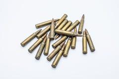 Vieilles cartouches 5 de fusil 56 millimètres sur un fond blanc Photographie stock libre de droits