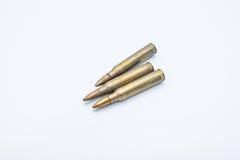 Vieilles cartouches 5 de fusil 56 millimètres sur un fond blanc Images libres de droits