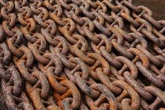 Vieilles chaînes d'ancre, lourd, puissant, rouillé, en acier, se situant dans les rangées images stock