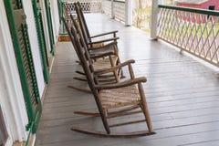 Vieilles chaises de basculage sur le porche images libres de droits