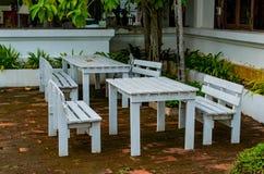 Vieilles chaises en bois dans les bas-côtés photos stock