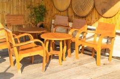 Vieilles chaises en bois dans les bas-côtés image libre de droits