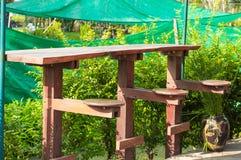 Vieilles chaises en bois dans les bas-côtés photo libre de droits