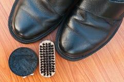 Vieilles chaussures avec le cirage à chaussures Image libre de droits