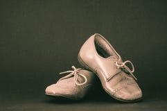 Vieilles chaussures brunes d'enfant en bas âge Images stock