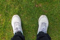 Vieilles chaussures d'hommes sur des herbes Image libre de droits