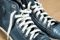 Vieilles chaussures de course avec les dentelles blanches Image stock