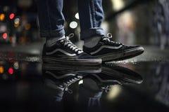 Vieilles chaussures de Skool de fourgons dans la rue photographie stock