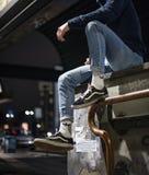 Vieilles chaussures de Skool de fourgons dans la rue photos stock