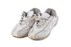 Vieilles chaussures de sport d'isolement au-dessus du blanc Photos stock