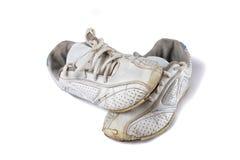 Vieilles chaussures de sport d'isolement au-dessus du blanc Images libres de droits