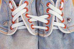 Vieilles chaussures de sports de jeans Images libres de droits