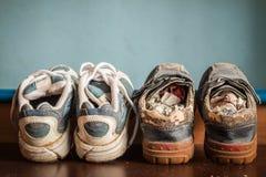 Vieilles chaussures de sports disposées Images stock